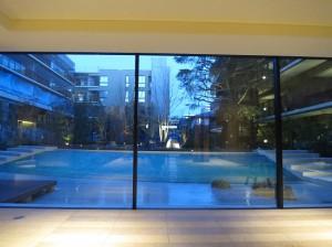 ④ガラス越しの中庭IMG_2877