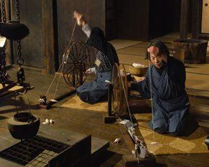 夜なべ仕事(糸紡ぎ)