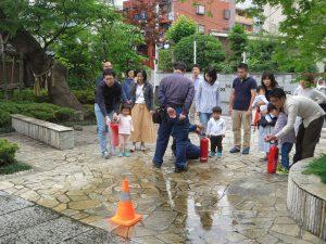 水消火器による消火訓練ではお子様も大活躍♪